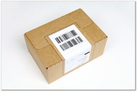 Label-Karton: Deckelklappe mit Label verschlossen