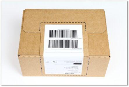 Label-Karton: Deckelklappe mit Paketaufkleber verschlossen